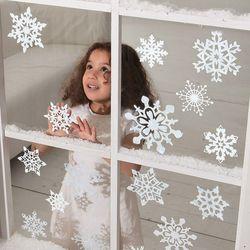 Варианты как приклеить бумажные снежинки на окно