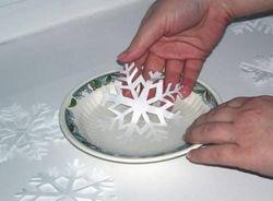 Приклеивание снежинок водой и молоком