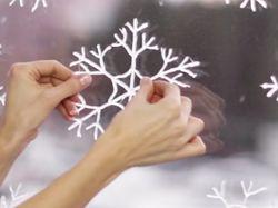 Приклеивание снежинки на окно