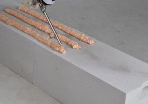 Нанесение клея на бетонный блок